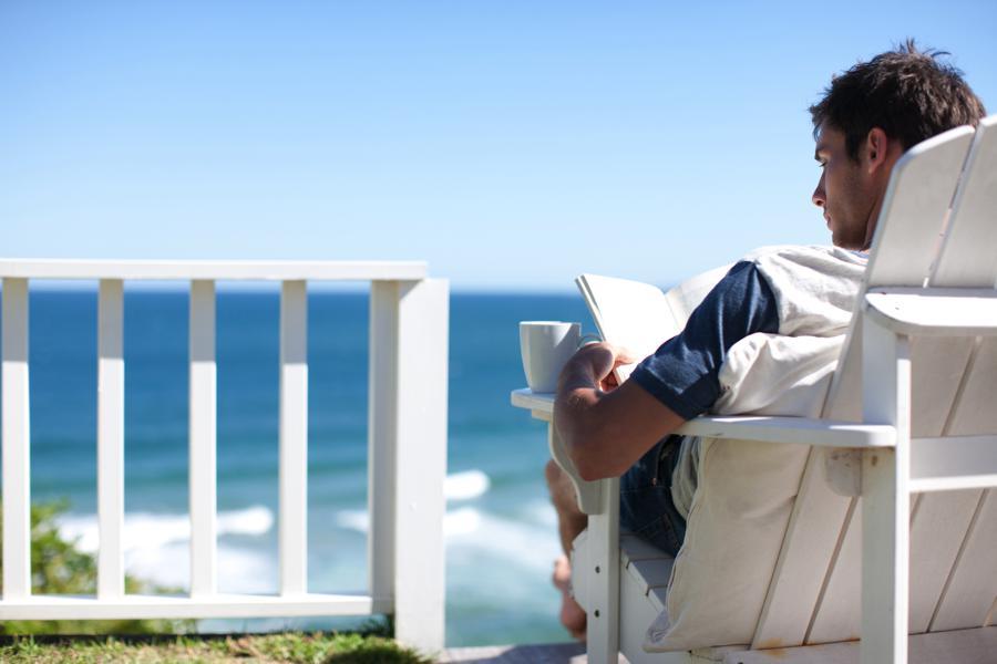 Avez-vous pris un thé ou un café avec Dieu aujourd'hui ? Beach-reading-man-900
