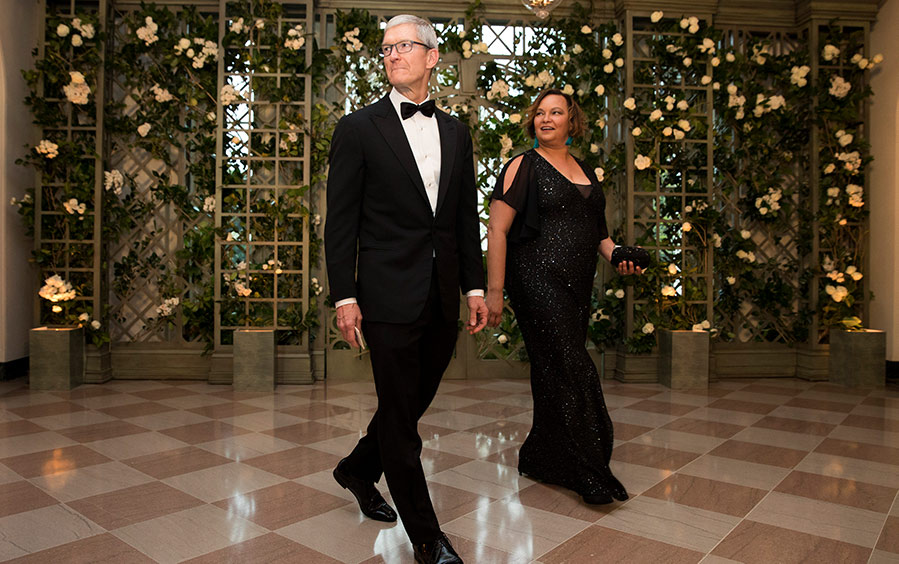 Apple CEO Tim Cook and Lisa Jackson arrive at the White House.