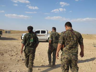 Syriac officers inspecting the Raqqa front line.